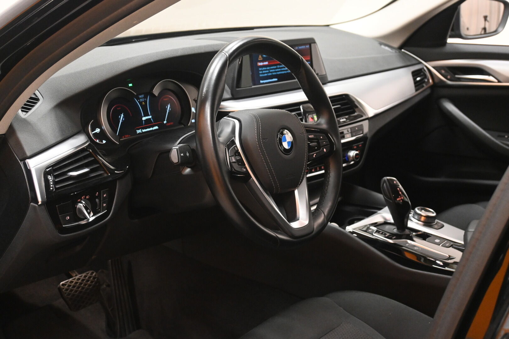 Musta Sedan, BMW 530 – KON-32251, kuva 10