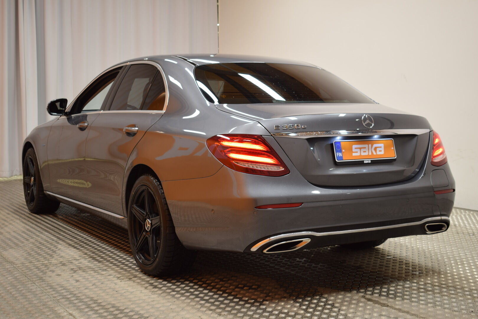 Harmaa Sedan, Mercedes-Benz E – KON-8903, kuva 5