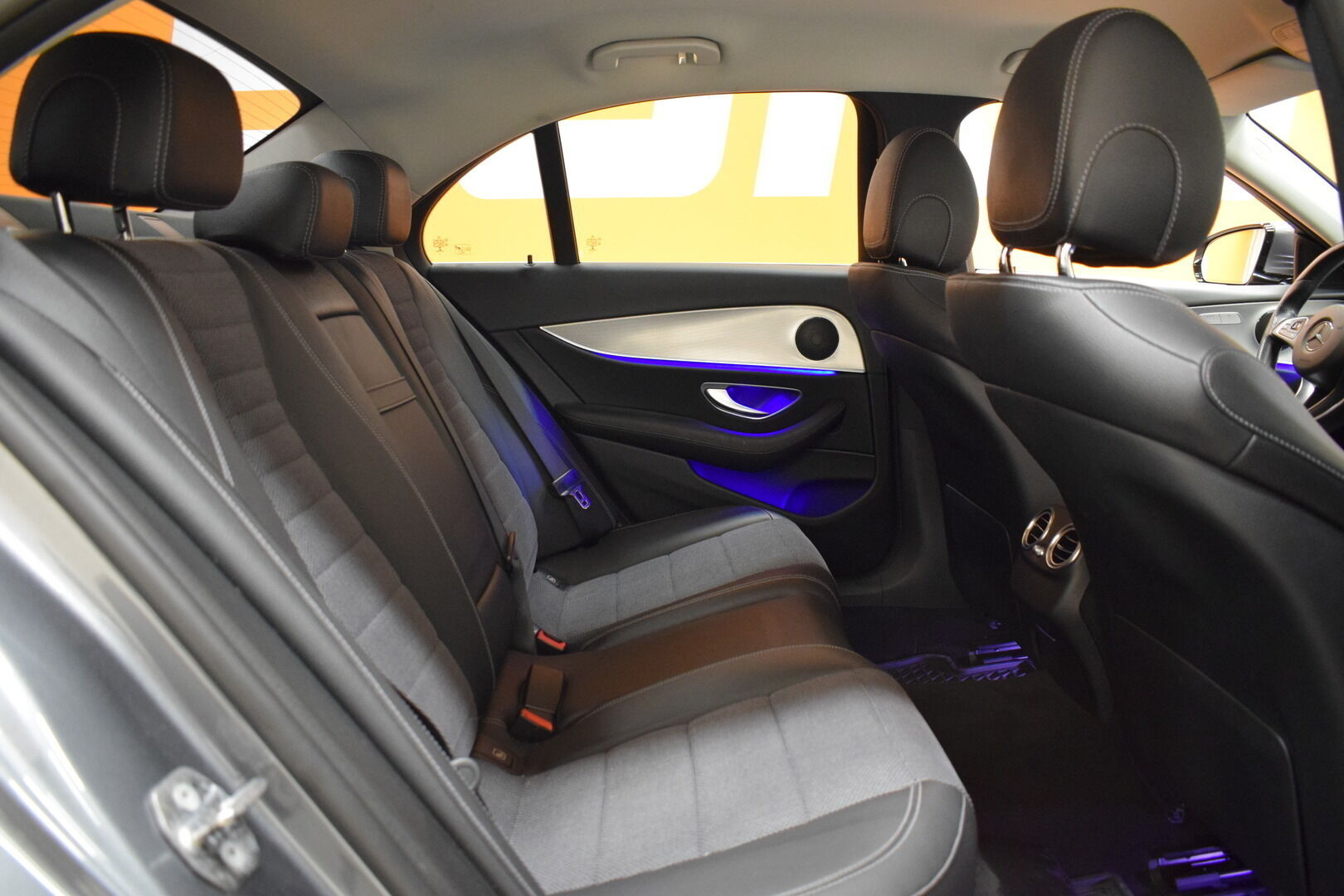 Harmaa Sedan, Mercedes-Benz E – KON-8903, kuva 9